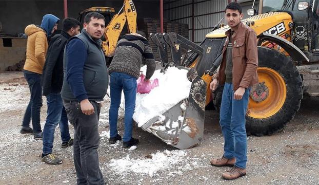 Köye kepçeyle kar taşıdı