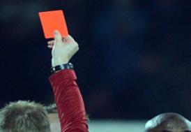 Kırmızı kart gören futbolculara kızdı, takımı ligden çekti