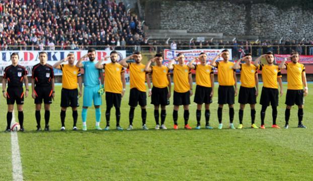 Futbolculardan asker selamlı protesto