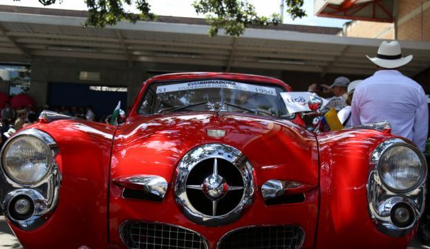 Kolombiyada antika araba geçişine yoğun ilgi