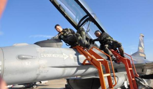 Komutan, pilotu alnından öptü