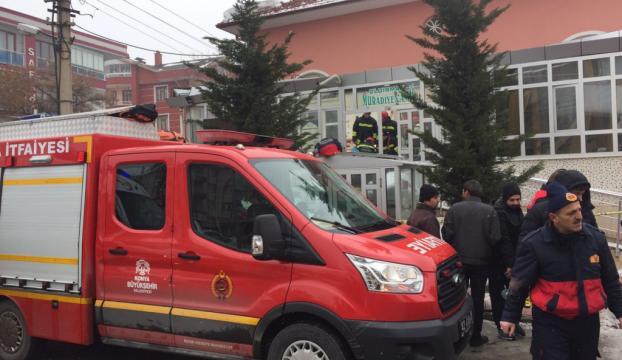 Konyada cami girişindeki çatı çöktü