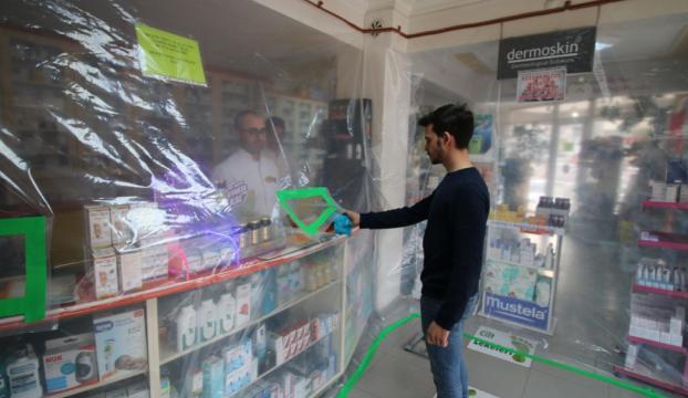 Konyalı eczacıdan koronavirüse şeffaf brandalı önlem