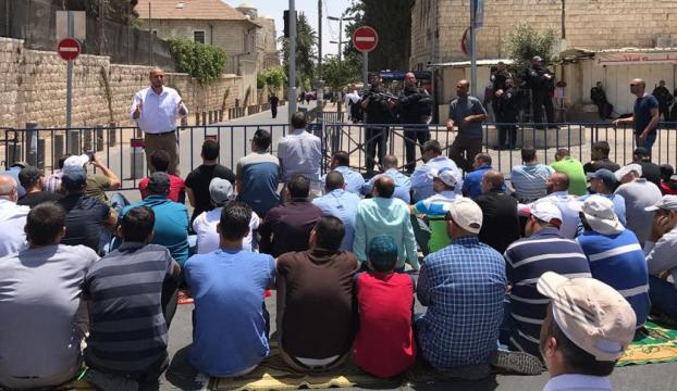 Binlerce Filistinli cuma namazını Kudüsün caddelerinde kıldı
