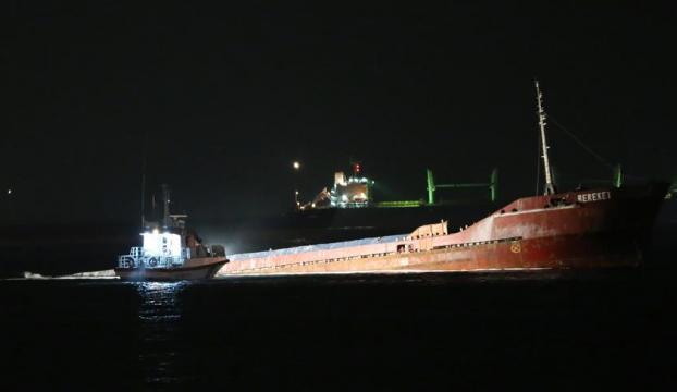 Zeytinburnu açıklarında kuru yük gemisi batıyor