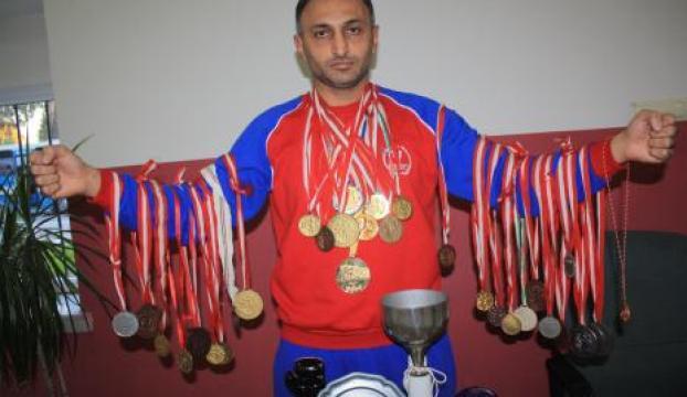 Milli boksör, madalyalarını satılığa çıkardı