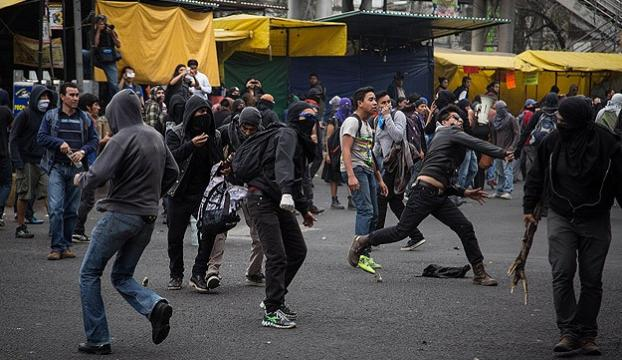 Meksikada göstericiler polisle çatıştı
