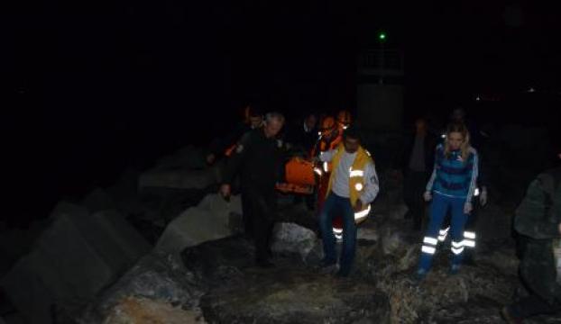 Kayalıklara düşen genç, polisi arayarak kurtuldu