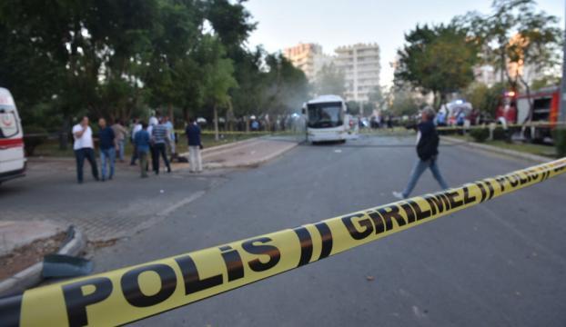 İzmirde GBT kontrolünde polise bıçaklı saldırı: 1 şehit, 1 yaralı