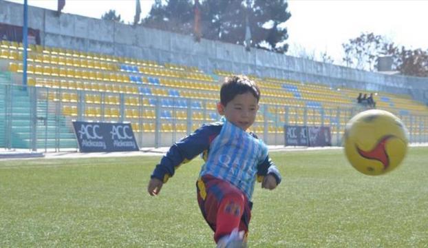 Messi, poşetten formasını yapan Afgan çocukla buluştu