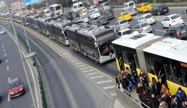 Metrobüs yolundaki çalışmalar trafiği felç etti