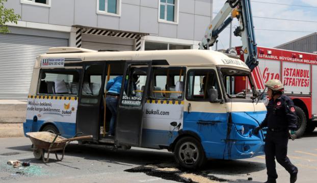 Ataşehirde yolcu minibüsü devrildi, yaralılar var!