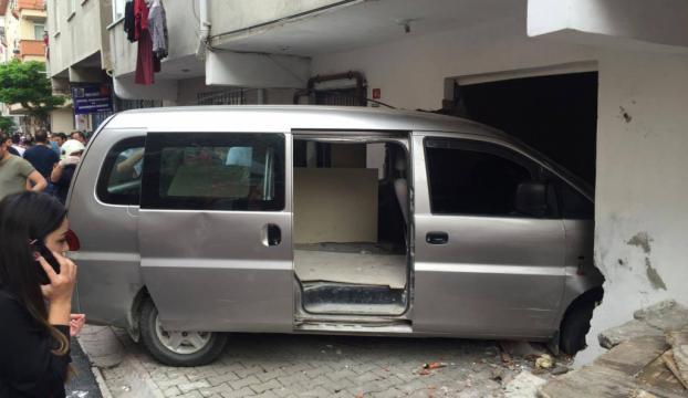 Sancaktepede minibüs eve girdi: 2 ölü, 1 yaralı