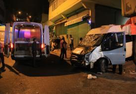 Minibüs sokakta oturanlara çarptı: 3 ölü 7 yaralı
