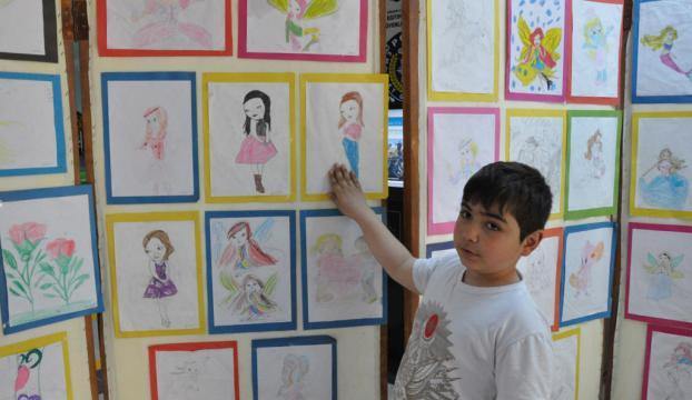 Minik ressam 7 yaşında ilk sergisini açtı