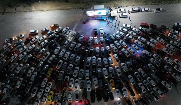 """Nevşehirde """"açık hava sineması"""" etkinliğine katılanlar gösterimdeki filmi araçlarından izledi"""