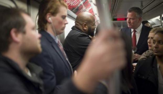"""""""Ebola paniğini azaltmak"""" için metroya bindi"""