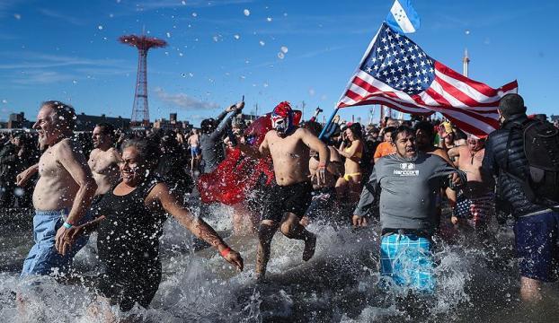 New Yorklular yeni yılı okyanusa girerek karşıladı