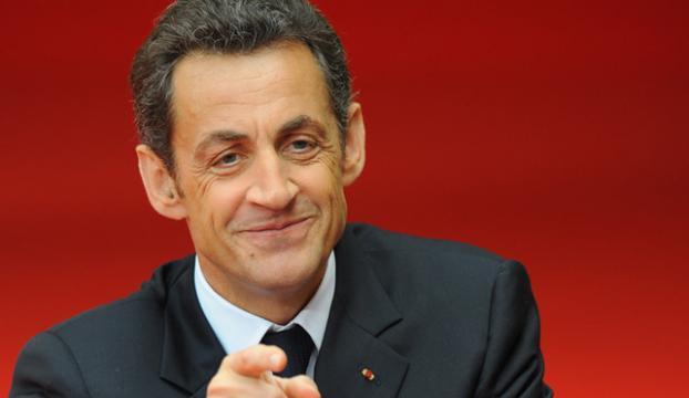 Sarkozy, siyasete döneceğini duyurdu