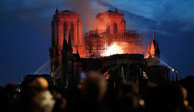 Notre Dame Katedralindeki yangın söndürüldü