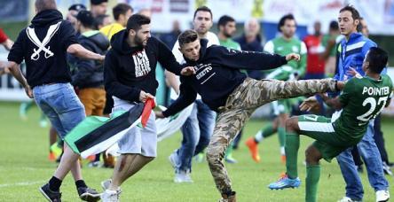 testİsrailli futbolcular Gazze protestocularına saldırdı