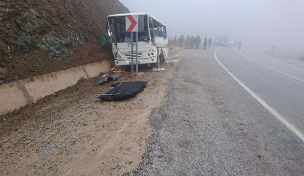 Maden işçilerini taşıyan servis aracı tıra çarptı