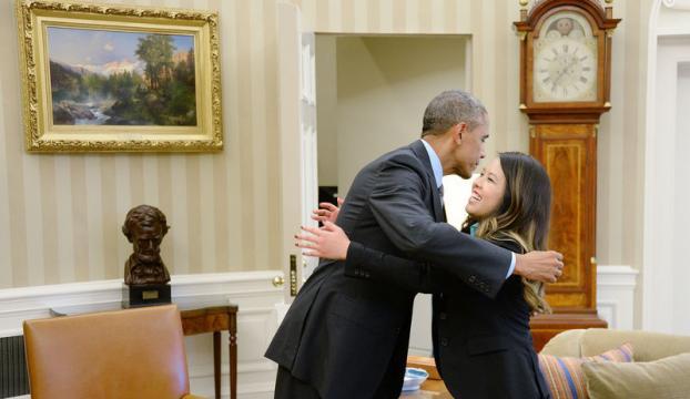 Obama, Ebolayı yenen hemşireye sarıldı