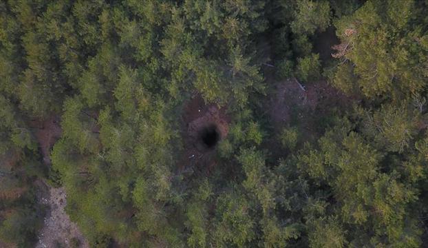 Spil Dağındaki obruk araştırılıyor