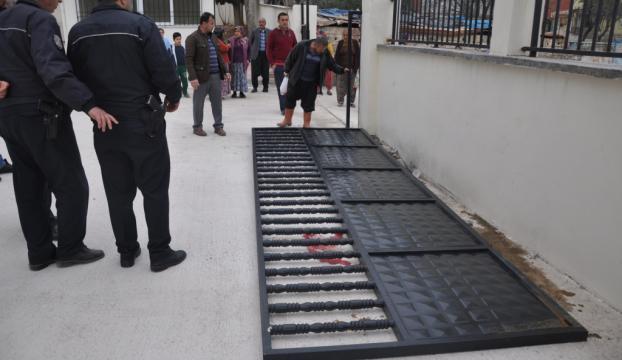Üzerine okulun bahçe kapısı devrilen çocuk yaralandı