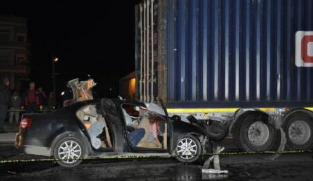 Otomobil, kırmızı ışıkta bekleyen tıra çarptı: 5 ölü