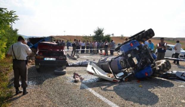 Otomobil, traktöre çarptı: 2 ölü, 4 Yaralı