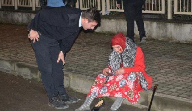 Otomobilin çarptığı kadının yardımına polis koştu