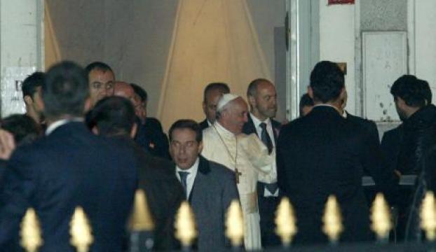 Papa sevgi gösterileri arasında ayrıldı