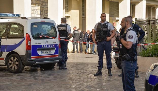 Pariste devriye gezen askerlere saldırı