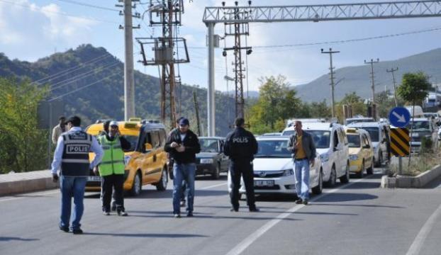 PKK mezarlığı yol kapattırdı