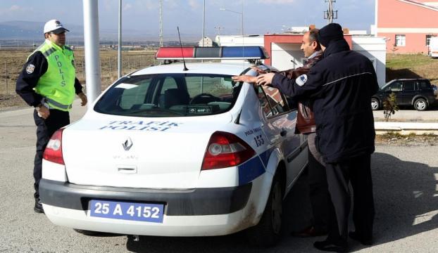 Uyuşturucuyu araç ruhsatı içinde polise verdi