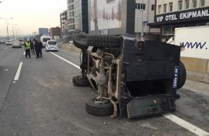 İkitelli'de polis aracı devrildi