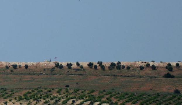 PYDnin sınıra çektiği Suriye ve Rus bayrakları silahlı kişilerce korunuyor