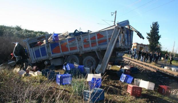 Yük treni ile kamyon çarpıştı