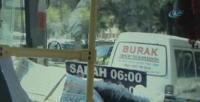 Hem otobüsü kullandı hem de gazete okudu