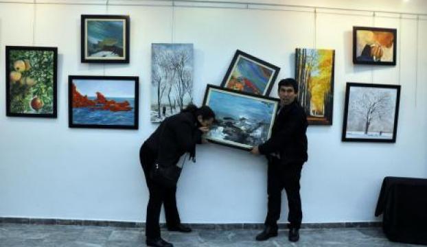 Sanat galerisine biber gazı sıkıp sergiyi dağıttılar