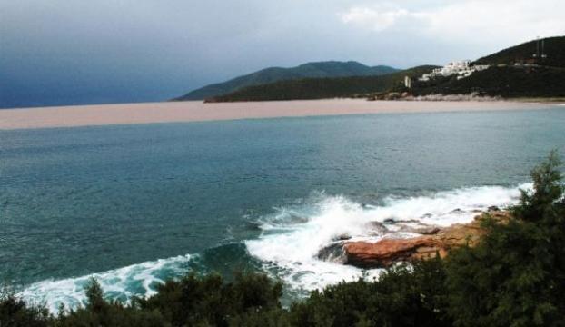 Sel yıktı, denizin rengi bile değişti