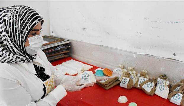Sığınmacı kadınlar salgınla mücadeleye ürettikleri sabunlarla katkı sağlıyor