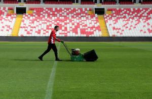 Kupa finali stadında çimlere hassas bakım