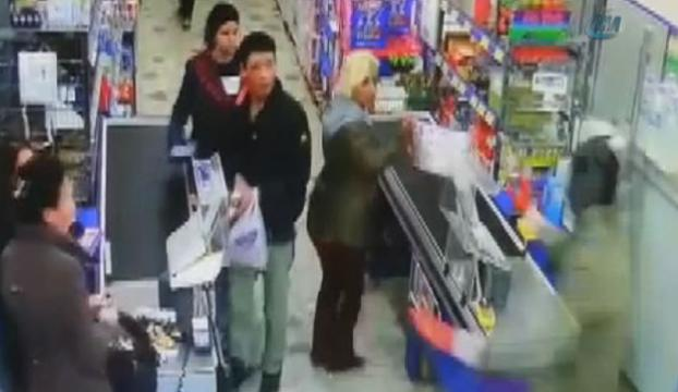 Silahlı market soygunu kameralara yansıdı