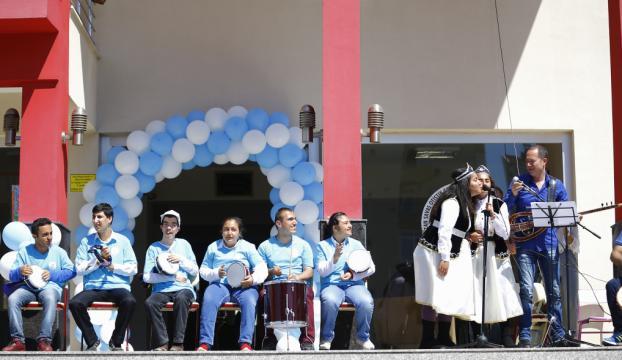 Sümer Ezgü, otistik çocuklarla konser verdi