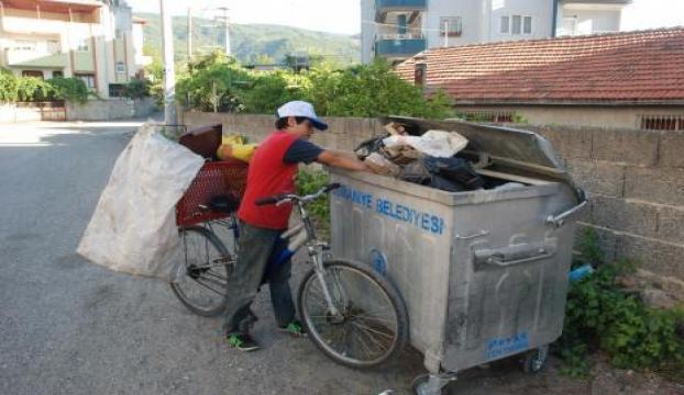 Suriyeli Hüseyin günlük 5 lira için çöp topluyor