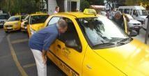 Taksiciyle pazarlık yapan işadamı