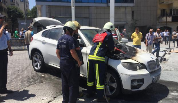 Taksimde park halindeki otomobil yandı