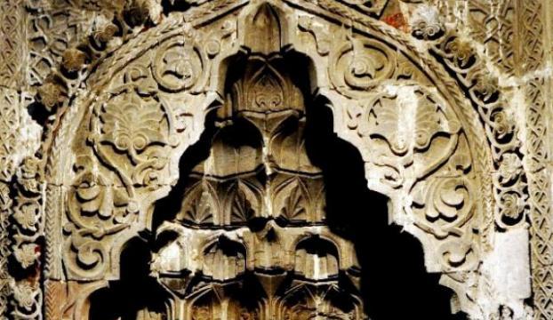 Tarihi camide kadın silüeti